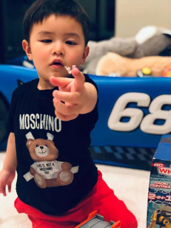 Đọ tủ hàng hiệu của nhóc tỳ nhà sao Việt: Con gái Đặng Thu Thảo mặc váy chục triệu nhưng chịu chơi nhất là con trai Đan Trường - Hình 14