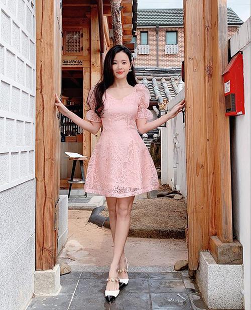 Không hẹn mà gặp, chị em Hà Hồ - Hà Tăng rủ nhau chào hè bằng những bộ váy cực ngọt ngào - Hình 7