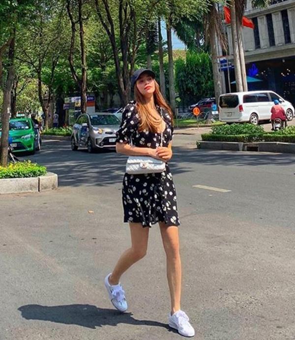 Không hẹn mà gặp, chị em Hà Hồ - Hà Tăng rủ nhau chào hè bằng những bộ váy cực ngọt ngào - Hình 1