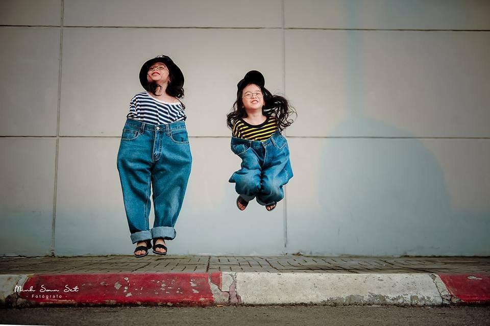 Mặc quần jean ông ngoại, 2 bé gái khiến dân mạng phát cuồng vì mix đồ cực ngầu - Hình 8