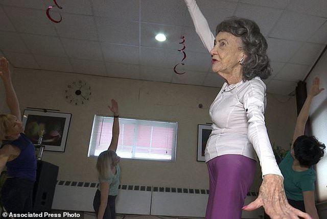 Cụ bà 100 tuổi vẫn đứng lớp dạy yoga - Hình 2