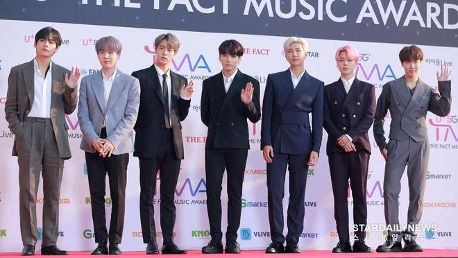 Thảm đỏ hội tụ gần 80 idol cực phẩm: Mỹ nhân TWICE té ngã sấp mặt, Joy gợi cảm đến mức chiếm spotlight của cả BTS - Hình 11