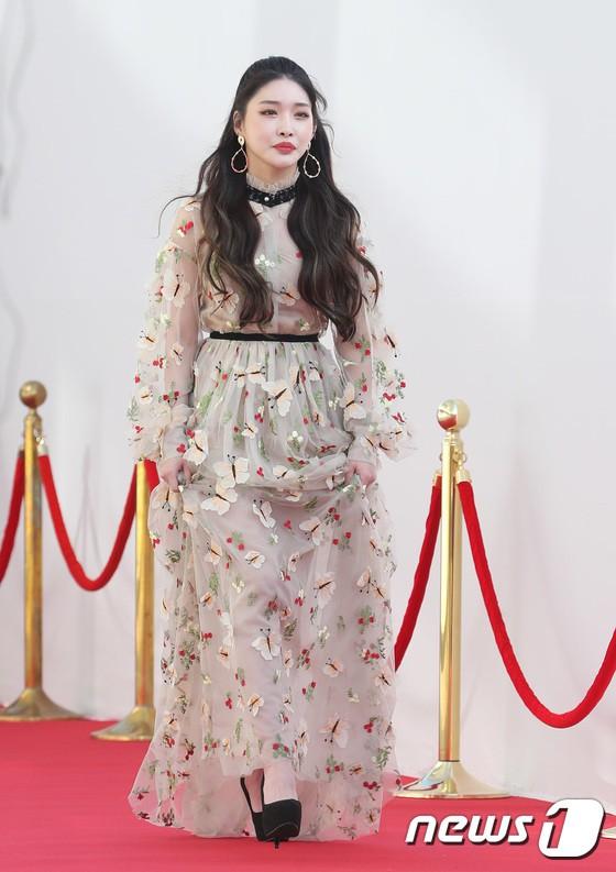 Thảm đỏ hội tụ gần 80 idol cực phẩm: Mỹ nhân TWICE té ngã sấp mặt, Joy gợi cảm đến mức chiếm spotlight của cả BTS - Hình 42