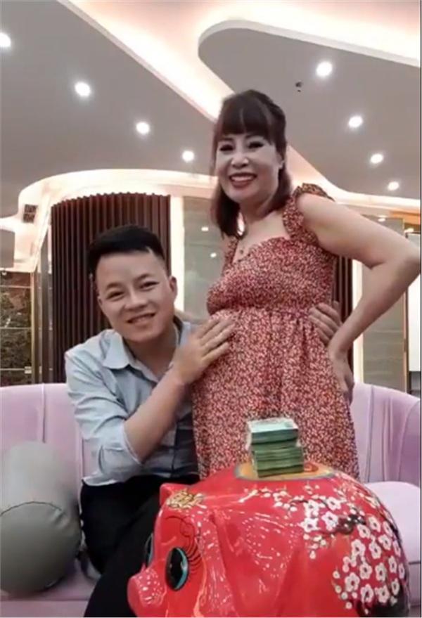 Livestream với bụng bầu vượt mặt, cô dâu 62 tuổi khẳng định đang kiếm tiền để đẻ mổ - Hình 2
