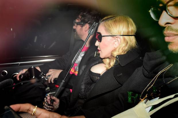 Madonna mặc gợi cảm o ép vòng một bất chấp tuổi 60 - Hình 6