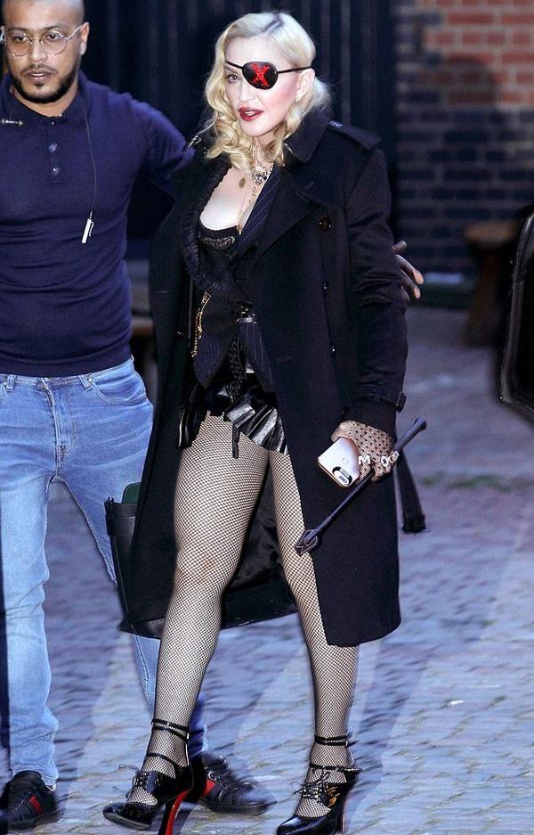 Madonna mặc gợi cảm o ép vòng một bất chấp tuổi 60 - Hình 2