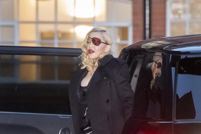 Madonna mặc gợi cảm o ép vòng một bất chấp tuổi 60 - Hình 4