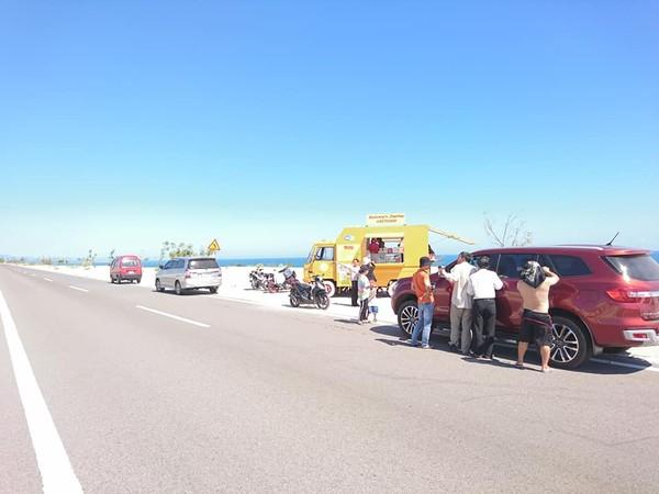 Chiếc xe tải vàng cam rực rỡ ở Bàu Trắng này đang khiến dân tình ùn ùn kéo đến check in - Hình 14