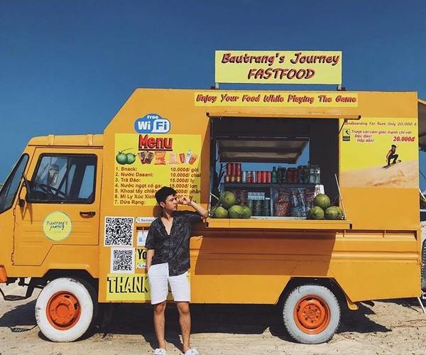 Chiếc xe tải vàng cam rực rỡ ở Bàu Trắng này đang khiến dân tình ùn ùn kéo đến check in - Hình 8