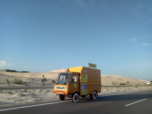Chiếc xe tải vàng cam rực rỡ ở Bàu Trắng này đang khiến dân tình ùn ùn kéo đến check in - Hình 11