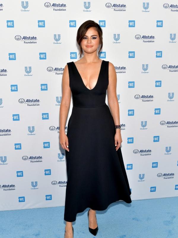 Selena Gomez tái xuất đẫy đà với váy xẻ, bị soi vòng 1 lệch kỳ lạ - Hình 1