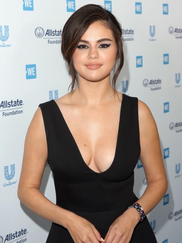 Selena Gomez tái xuất đẫy đà với váy xẻ, bị soi vòng 1 lệch kỳ lạ - Hình 2