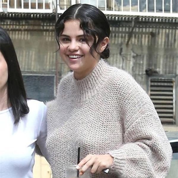 Selena Gomez tái xuất đẫy đà với váy xẻ, bị soi vòng 1 lệch kỳ lạ - Hình 4
