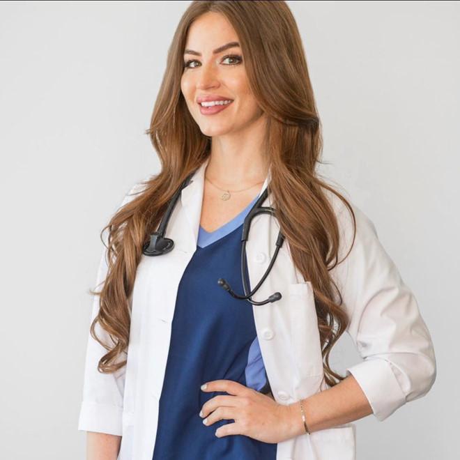 Nữ bác sĩ Mỹ nổi tiếng nhờ gợi cảm và có vòng 3 khủng - Hình 5
