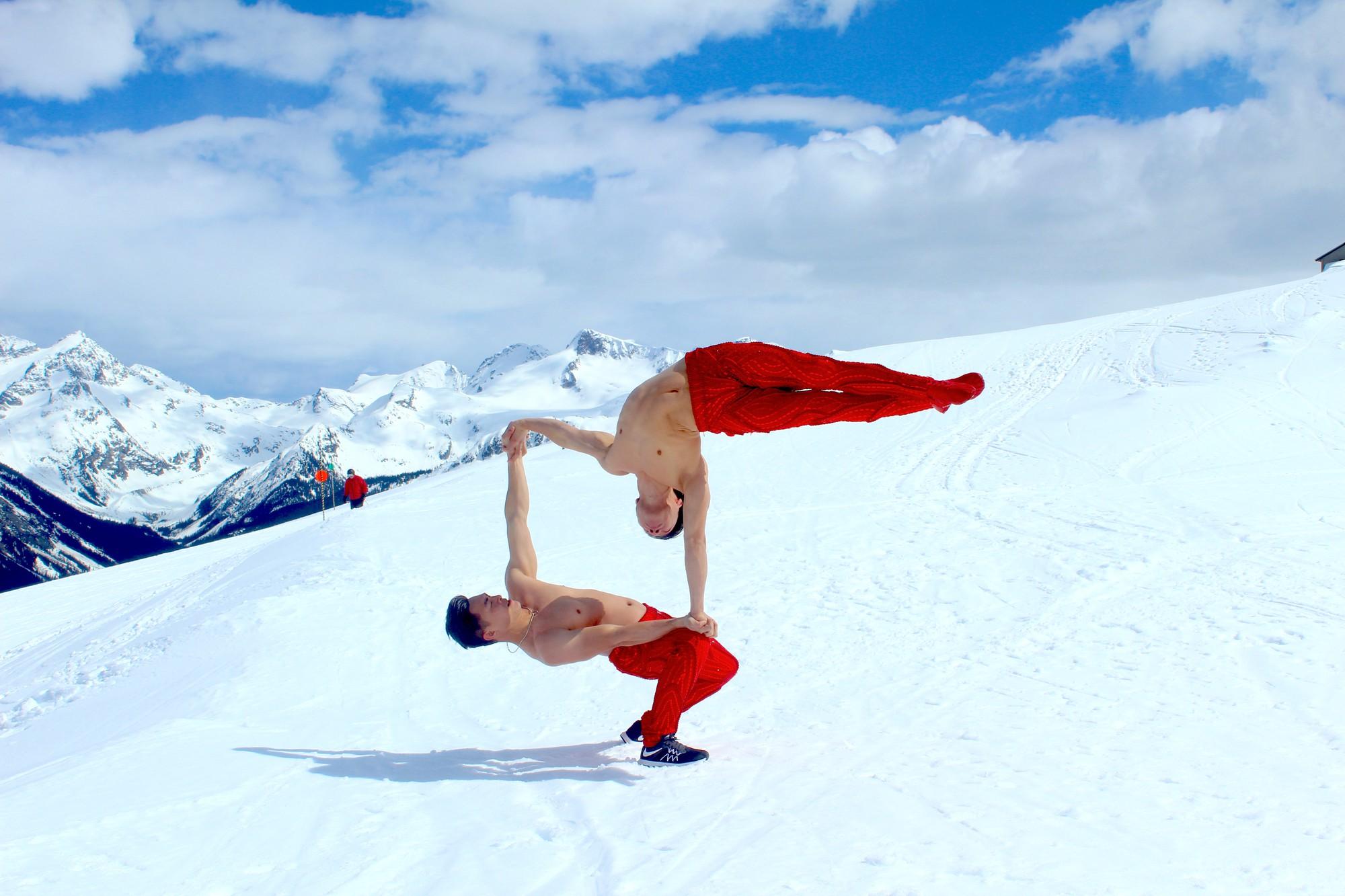 Anh em Quốc Cơ - Quốc Nghiệp diễn xiếc trên núi tuyết Canada, quyết tâm chinh phục cái lạnh -10 độ C - Hình 4