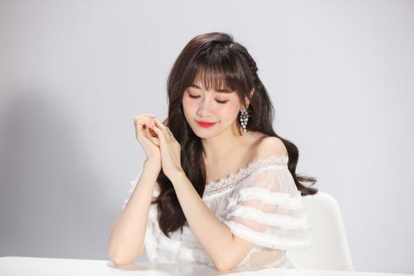 Bất ngờ comeback, Hari Won khiến netizen xôn xao: Cô ấy đang hack tuổi? - Hình 2