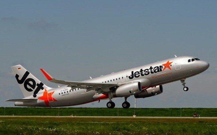 Cấm bay 12 tháng nam hành khách bẻ kính mũ bảo hiểm doạ tiếp viên - Hình 1