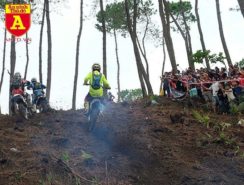 Cận cảnh những tay đua mô tô tranh tài ở Hà Giang - Hình 17