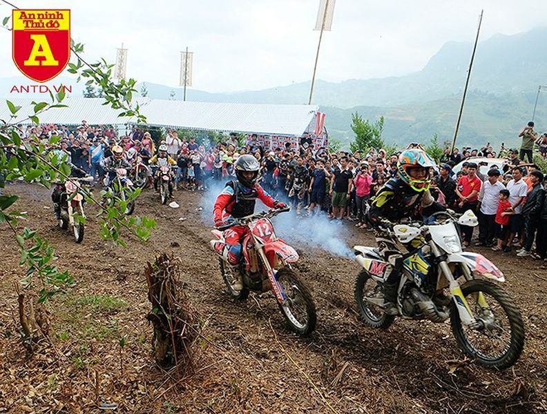 Cận cảnh những tay đua mô tô tranh tài ở Hà Giang - Hình 1