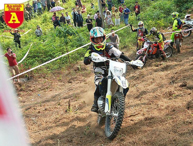 Cận cảnh những tay đua mô tô tranh tài ở Hà Giang - Hình 9