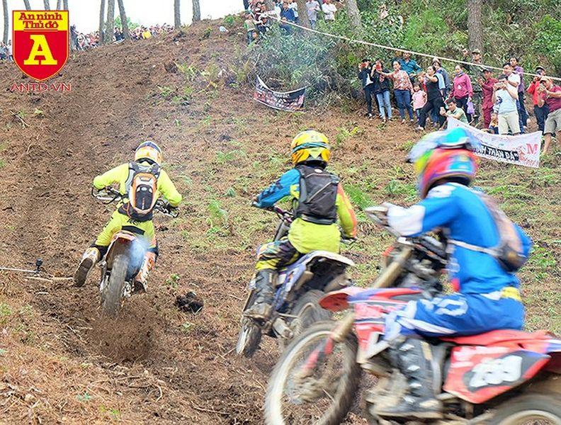 Cận cảnh những tay đua mô tô tranh tài ở Hà Giang - Hình 8