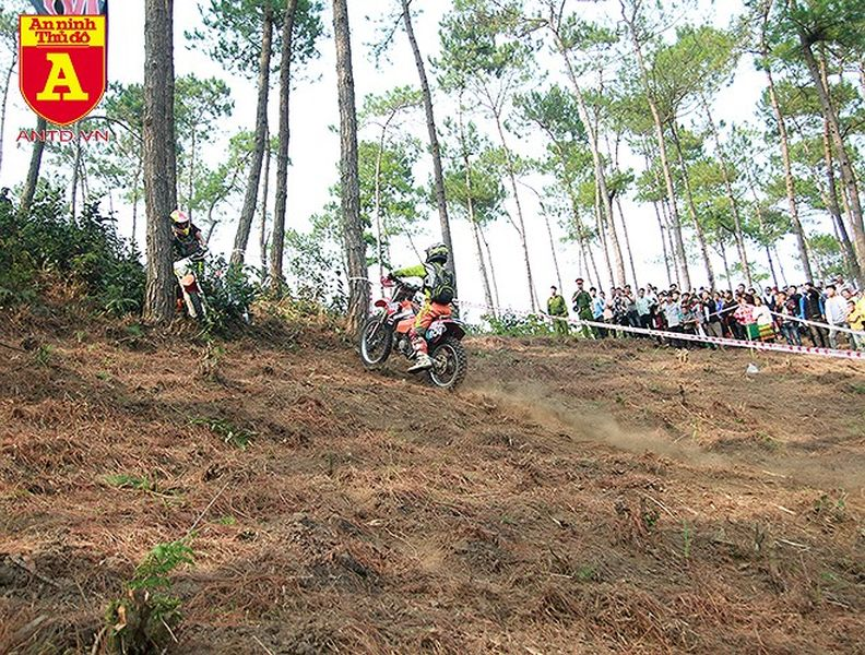 Cận cảnh những tay đua mô tô tranh tài ở Hà Giang - Hình 19