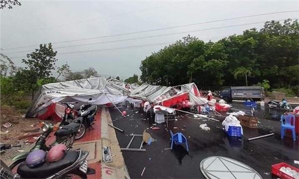 Chuyện buồn Hà Nội ngày mưa giông: Gió to thổi bay rạp cưới, để lại cảnh tượng hoang tàn, xơ xác - Hình 5