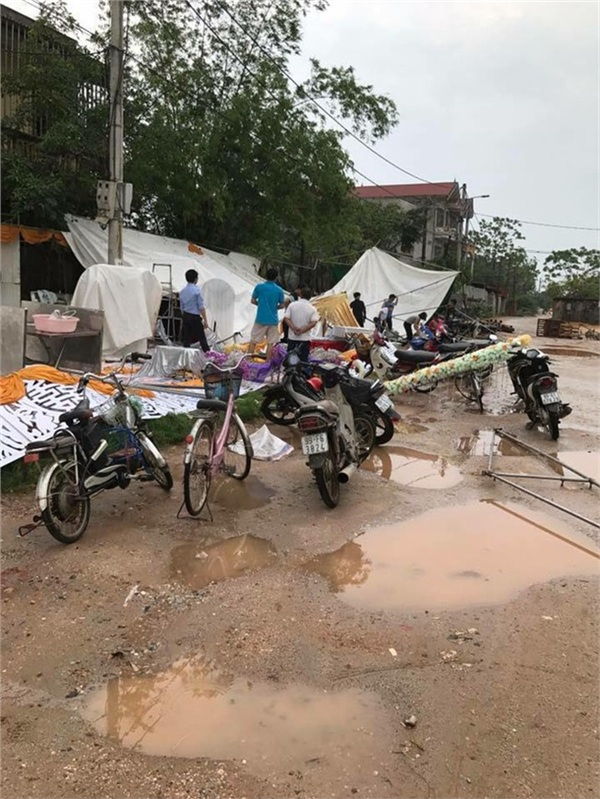 Chuyện buồn Hà Nội ngày mưa giông: Gió to thổi bay rạp cưới, để lại cảnh tượng hoang tàn, xơ xác - Hình 6