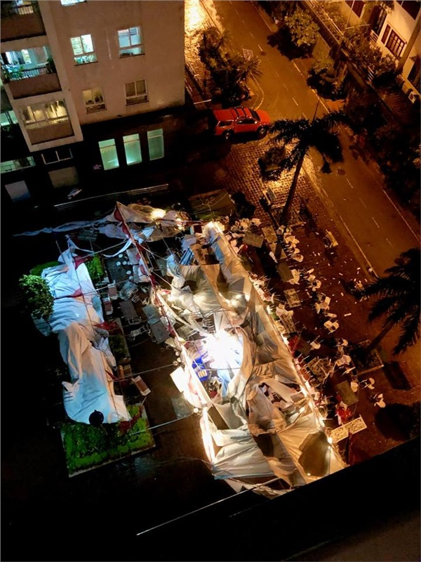 Chuyện buồn Hà Nội ngày mưa giông: Gió to thổi bay rạp cưới, để lại cảnh tượng hoang tàn, xơ xác - Hình 1