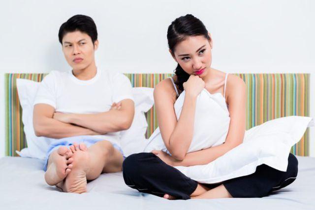 Khó hiểu vì chồng cơ bắp cuồn cuộn, hì hục xoa bóp mà vợ vẫn say mê chat với trai còm - Hình 1