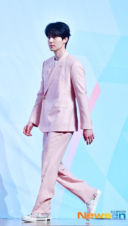 Lee Dong Wook nhận đóng phim cùng Im Siwan, tỏa sáng tại họp báo Produce X 101 - Hình 6