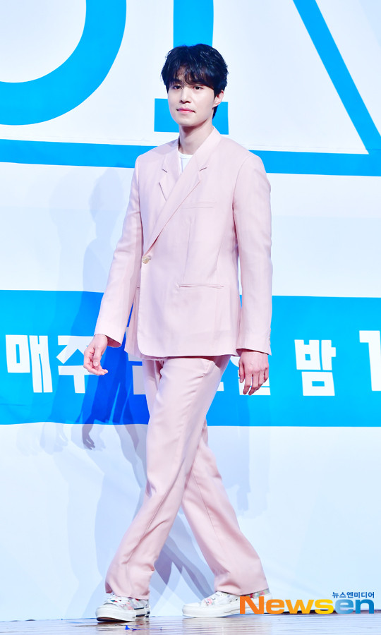 Lee Dong Wook nhận đóng phim cùng Im Siwan, tỏa sáng tại họp báo Produce X 101 - Hình 7