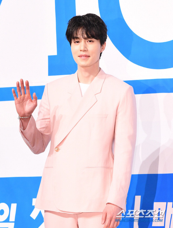 Lee Dong Wook nhận đóng phim cùng Im Siwan, tỏa sáng tại họp báo Produce X 101 - Hình 9