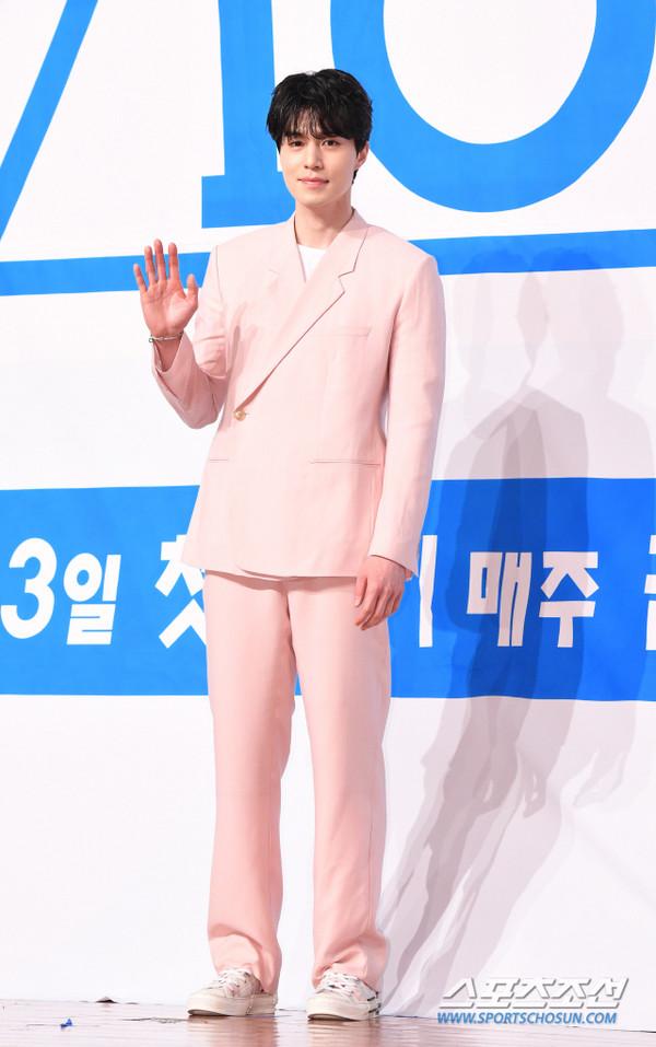 Lee Dong Wook nhận đóng phim cùng Im Siwan, tỏa sáng tại họp báo Produce X 101 - Hình 8