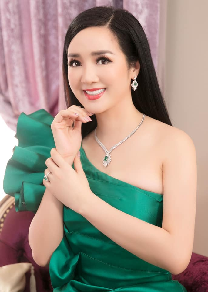 Những Hoa hậu tuổi U50 vẫn xinh đẹp, gợi cảm bậc nhất showbiz - Hình 5