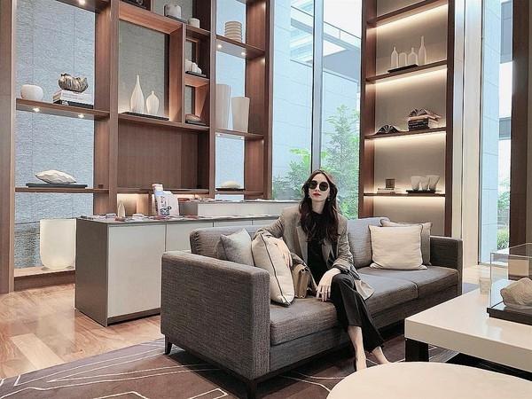 Phong cách sao Việt: Ngọc Trinh khoe đôi chân cực phẩm, Đỗ Mỹ Linh mắc lỗi đồ nhỏ - Hình 9