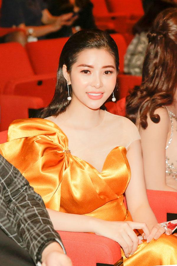 'Đụng hàng' váy áo, Á hậu Hoàng Dung vẫn đẹp nổi bật - Hình 4