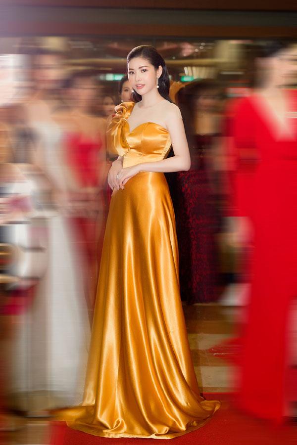 'Đụng hàng' váy áo, Á hậu Hoàng Dung vẫn đẹp nổi bật - Hình 5