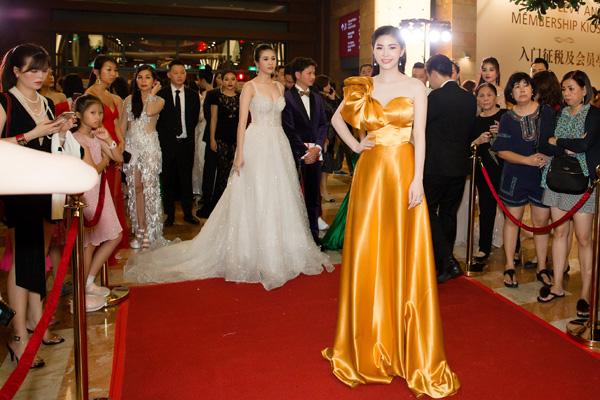 'Đụng hàng' váy áo, Á hậu Hoàng Dung vẫn đẹp nổi bật - Hình 7