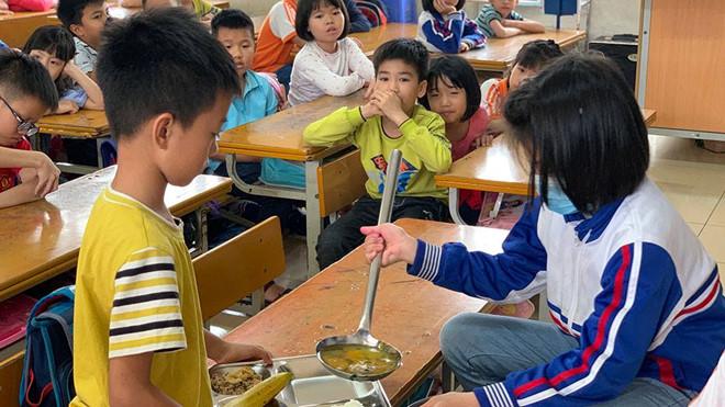 Hàng chục kg thịt ôi thiu vào trường học: đang truy xuất nguồn gốc thực phẩm - Hình 1