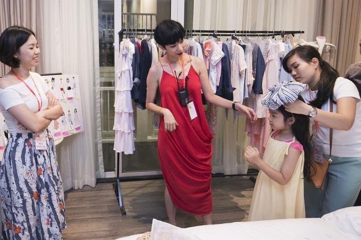 Mẫu nhí hào hứng thử đồ và tập luyện trước thềm Tuần lễ thời trang trẻ em Việt Nam Xuân Hè 2019 - Hình 2
