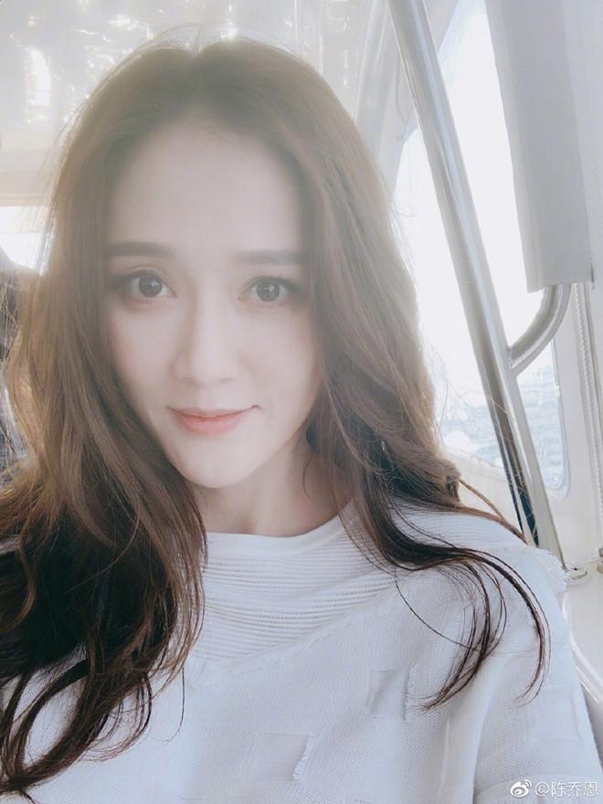 Trần Kiều Ân - Bóng hồng Đài Loan sở hữu vẻ đẹp không tuổi và phong cách thời trang vạn người mê - Hình 1