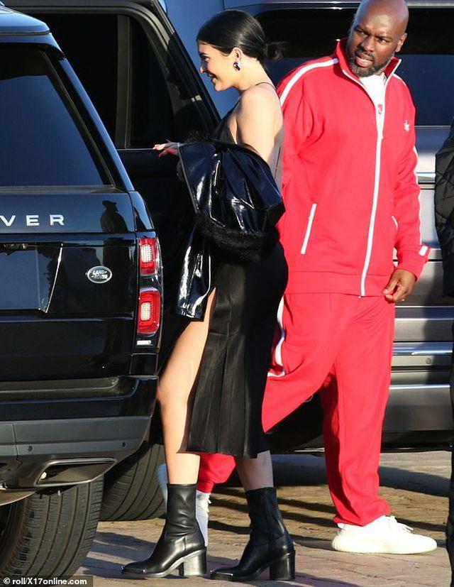 Kylie Jenner gợi cảm đi ăn tối - Hình 4