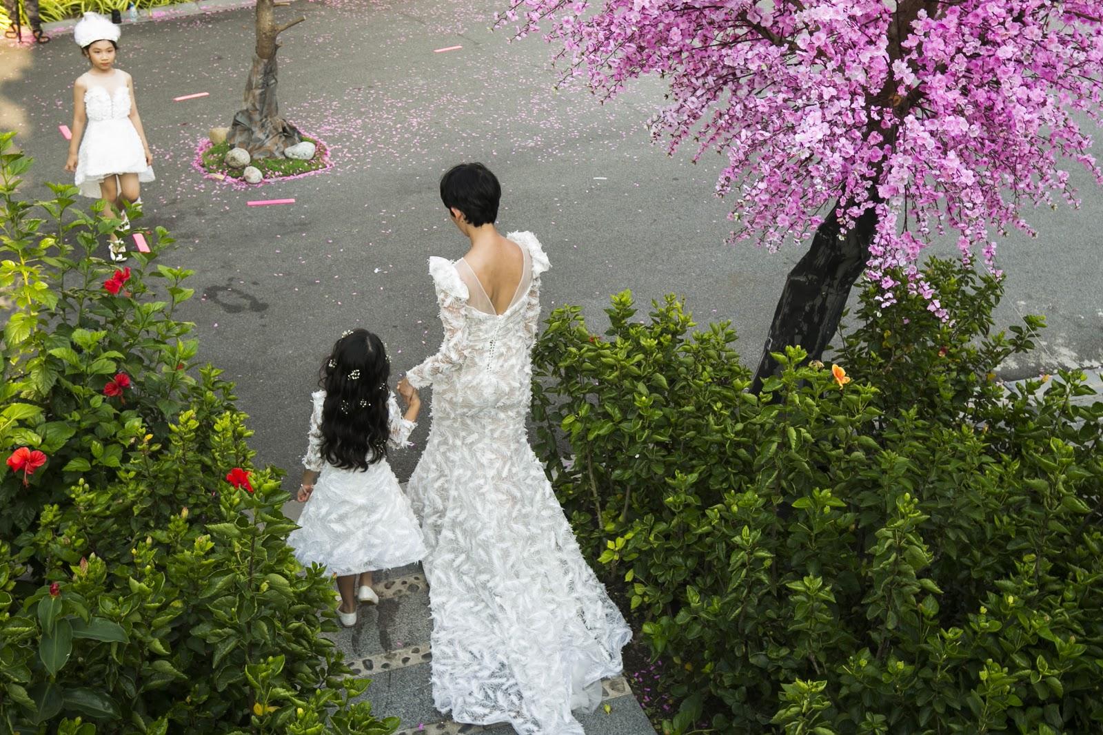 Xuân Lan và bé Thỏ diện đầm trắng làm vedette cho Văn Thành Công - Hình 5