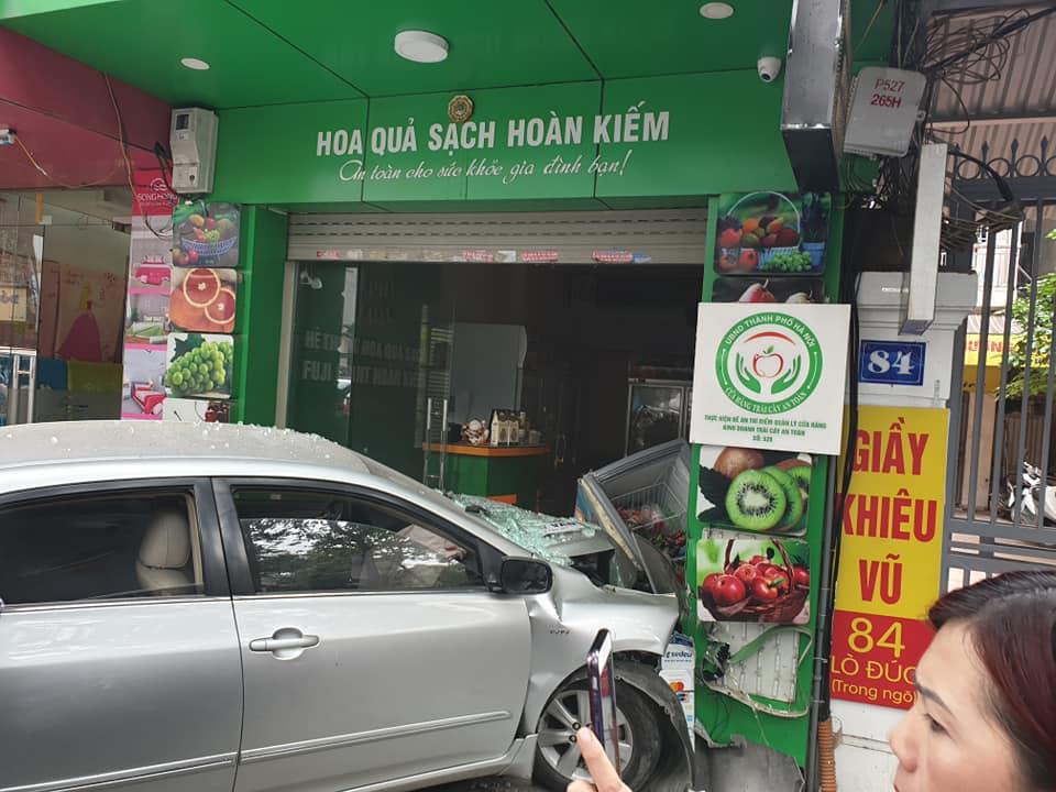 Hà Nội: Toyota Corolla Altis do nữ tài xế điều khiển lao thẳng vào cửa hàng hoa quả, nổ 2 túi khí - Hình 1
