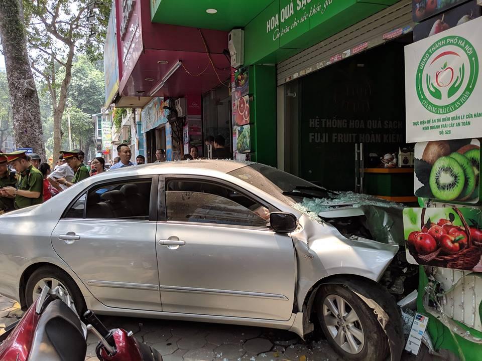 Lại thêm nữ tài xế gây tai nạn, lái xe lao thẳng vào cửa hàng bán hoa quả - Hình 1