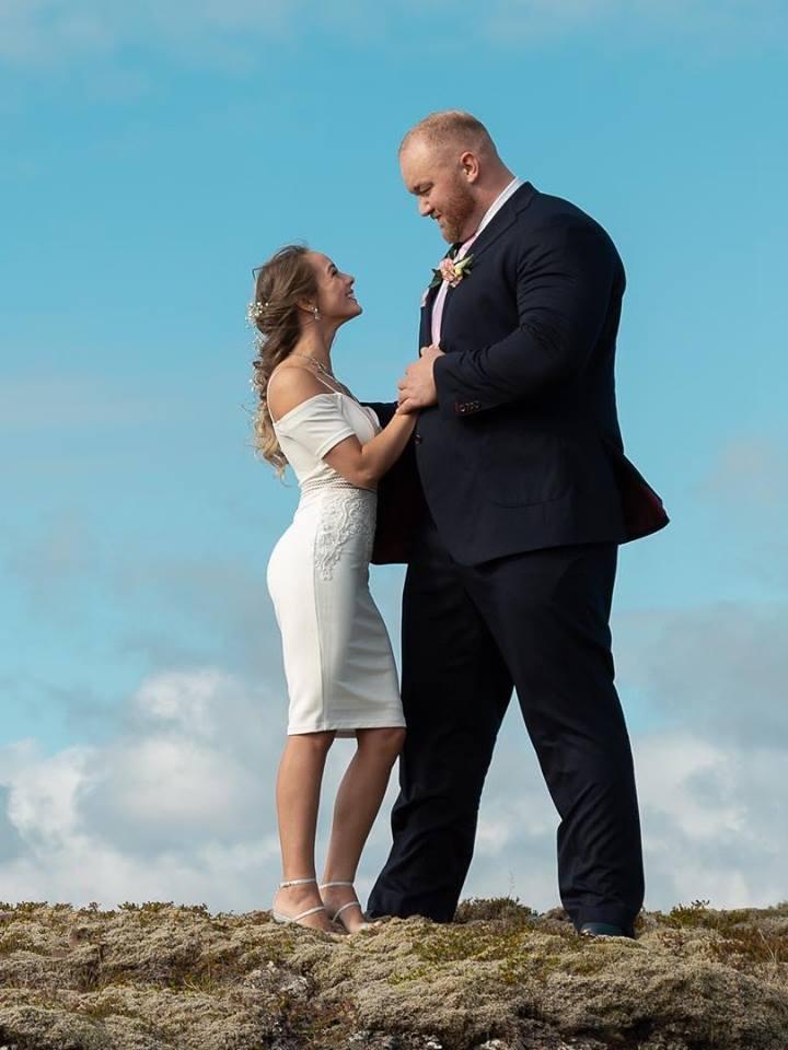 Người đàn ông khỏe nhất thế giới khoe ảnh cưới với cô vợ nhỏ nhắn khiến CĐM chỉ biết lắc dầu thương cho cô vợ - Hình 1
