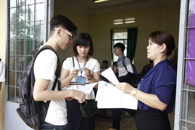 Đưa xe lên Hà Nội đón cán bộ trường đại học về địa phương coi thi - Hình 1
