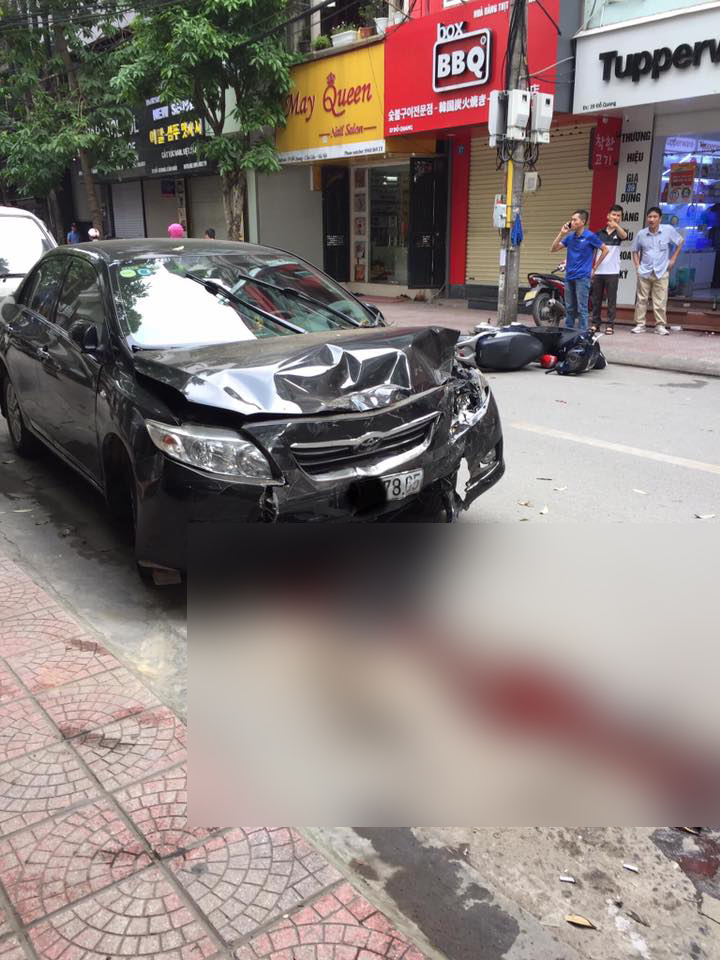 Hiện trường đẫm máu: Ô tô mất lái tông liên hoàn vào phương tiện trên đường - Hình 2