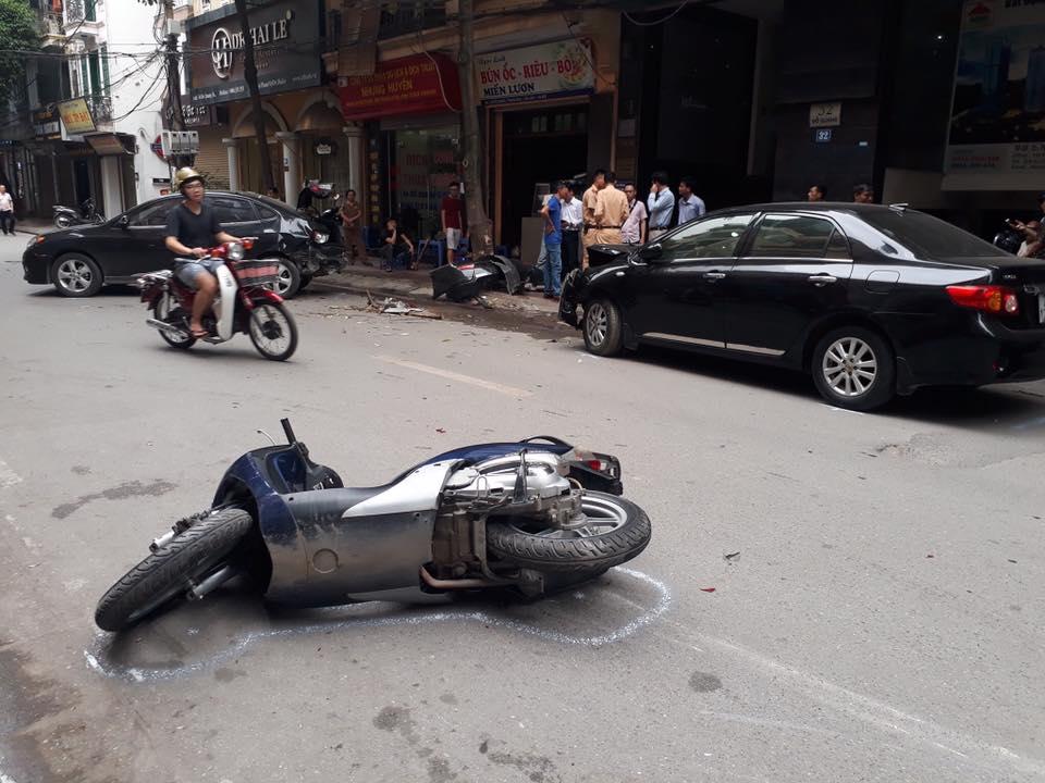 Hiện trường đẫm máu: Ô tô mất lái tông liên hoàn vào phương tiện trên đường - Hình 3